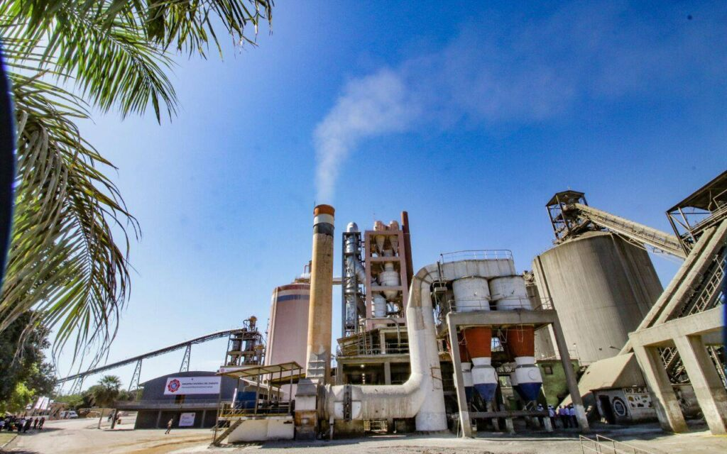La INC beneficiaría a constructoras con la entrega de bolsas de cemento
