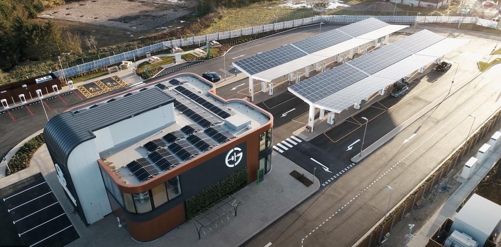 Abre la primera estación de servicio exclusiva para coches eléctricos alimentada por energía solar.